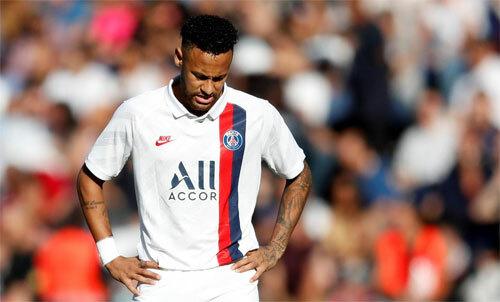Neymar đang mắc kẹt tại chính đội bóng mà anh thi đấu. Ảnh: Reuters
