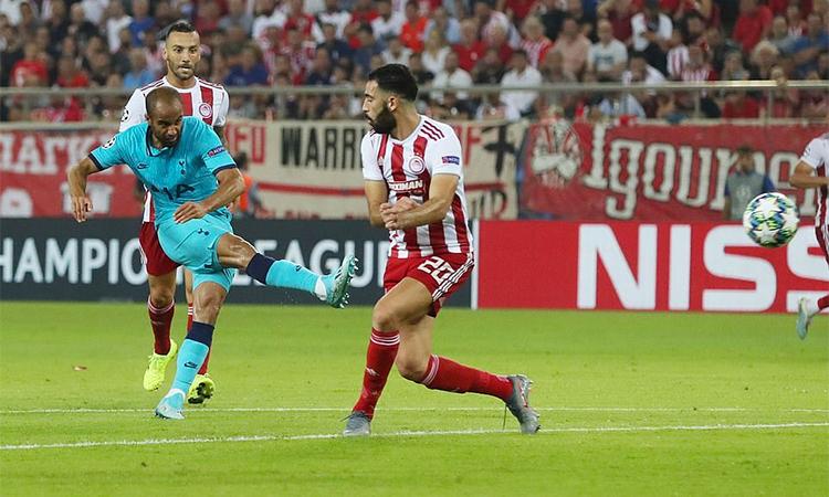 Moura nâng tỷ số lên 2-0 cho Tottenham ở phút 30. Ảnh: REX.
