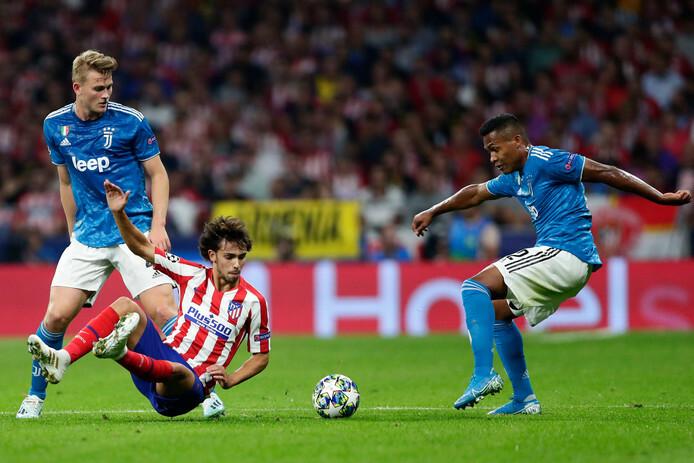 Joao Felix trong vòng vây hậu vệ Juventus. Ảnh: AP.