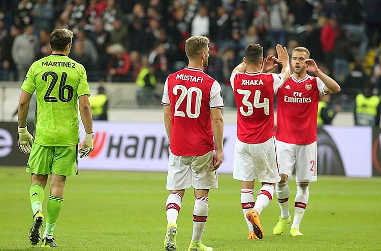 Các cầu thủ Arsenal chúc mừng nhau sau chiến thắng hoành tráng trên đất Đức. Ảnh: EPA.