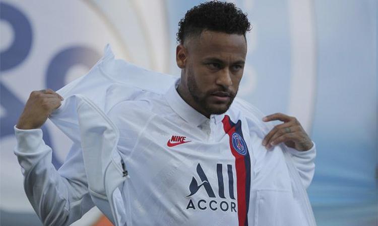 Neymar vừa ghi bàn giúp PSG thắng Strasbourg ở Ligue 1, nhưng vẫn là cái gai trong mắt các CĐV PSG vì mong muốn đòi trở lại Barca trong hè vừa qua. Ảnh AP.