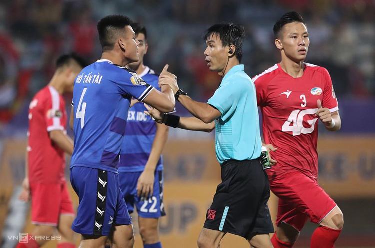 Trọng tài Trương Hồng Vũ sẽ bị kỷ luật sau quyết định bẻ còi trên sân Hàng Đẫy tối 20/9.