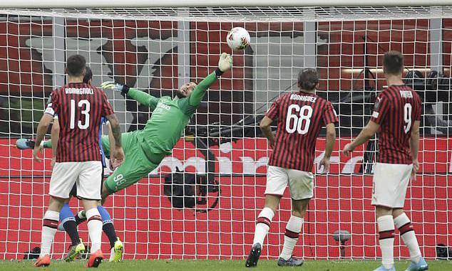 Thủ thành Donnarumma năm lần cản phá thành công các cú sút phía Inter. Ảnh: AP.