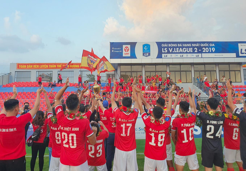 Hà Tĩnh nâng Cup vô địch giải hạng Nhất