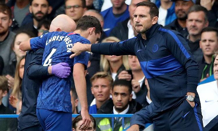 Lampard (phải) động viên Christensen, sau khi trung vệ người Đan Mạch rời sân. Ảnh: PA.