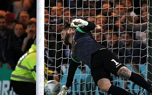 Thủ môn Gerken cản phá thành công cú sút penalty của Eriksen. Ảnh: Reuters.