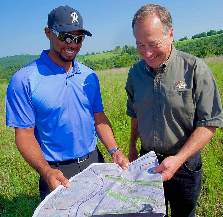 Woods cùng ông chủ dự án Johnny Morris xem bản thiết kế trên giấy. Ảnh: Golf.com.
