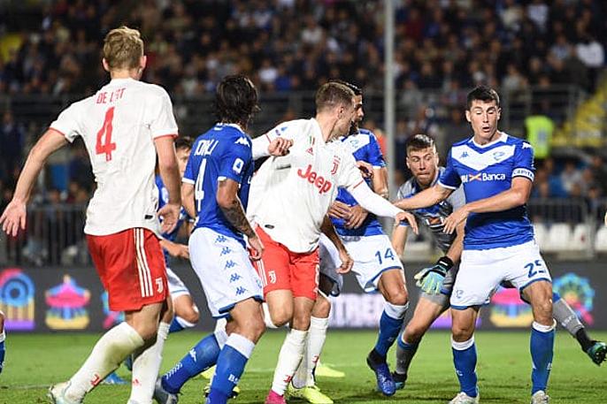 Tình huống lộn xộn dẫn đến bàn gỡ hòa 1-1 của Juventus. Ảnh: Sport Notizie.