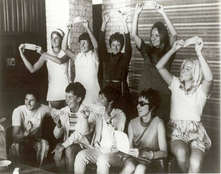 Bản gốc 9 lần lượt theo chiều từ trên bên trái: Valerie Ziegenfuss, Billie Jean King, Nancy Richey, Peaches Bartkowicz, Kristy Pigeon, Gladys Heldman, Rosie Casals, Kerry Melville và Judy Dalton.