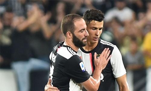 Ronaldo và Higuain là hai chân sút chủ lực của Juventus mùa này. Ảnh: Reuters