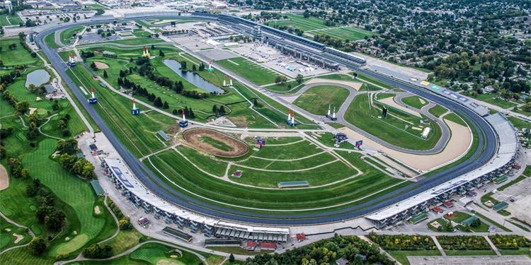 Sân golfBrickyard Crossing có một phần diện tích nằm gọn trong đường đua Indy Car nổi tiếng.