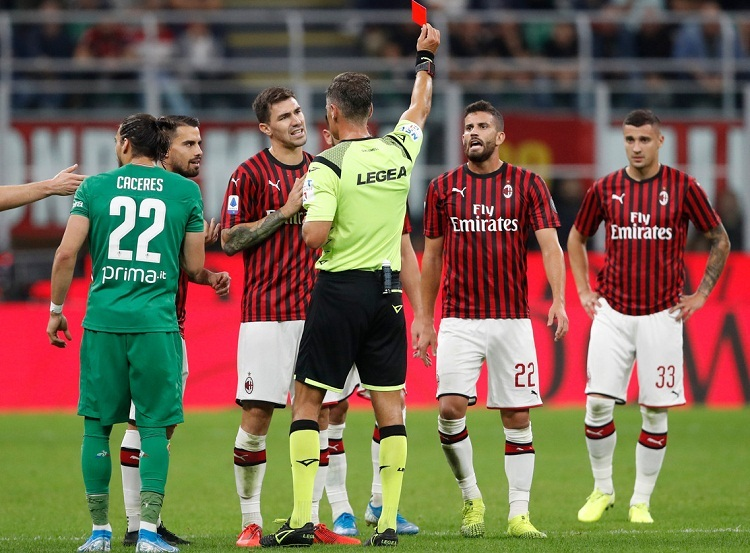 AC Milan phải đá thua người trong 35 phút của hiệp 2 sau khi Musacchio nhận thẻ đỏ. Ảnh: AP.