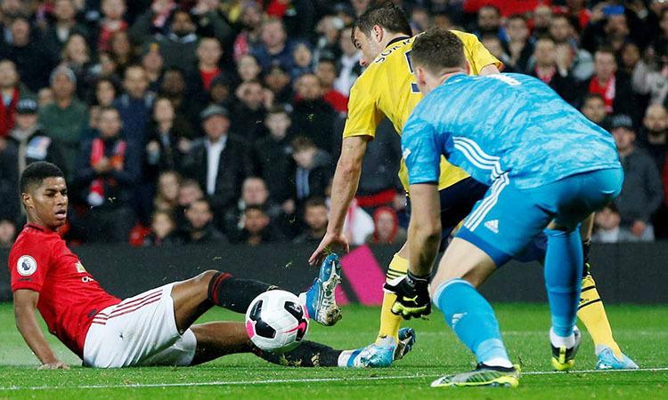 Rashford (trái) đá tiền đạo nhưng mất hút suốt 90 phút trận gặp Arsenal. Ảnh: Reuters.