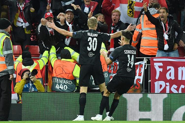 Haaland giang hai tay mừng bàn gỡ hòa 3-3 trước sự vui sướng của số ít CĐV Salzburg tại Anfield. Ảnh: DM.
