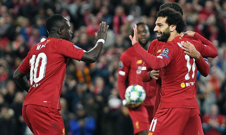 Mane chúc mừng Salah, sau khi tiền đạo người Ai Cập ấn định tỷ số 4-3. Ảnh: DM.