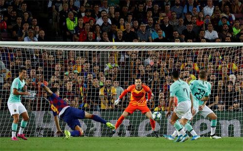 Tuyệt phẩm vô lê của Suarez.