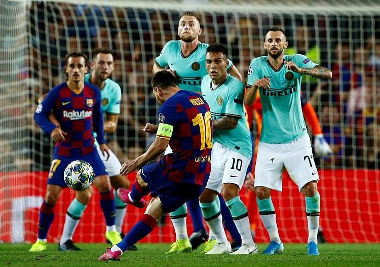 Messi sút phạt trong trận gặp Inter tối 2/10. Ảnh: EFE.
