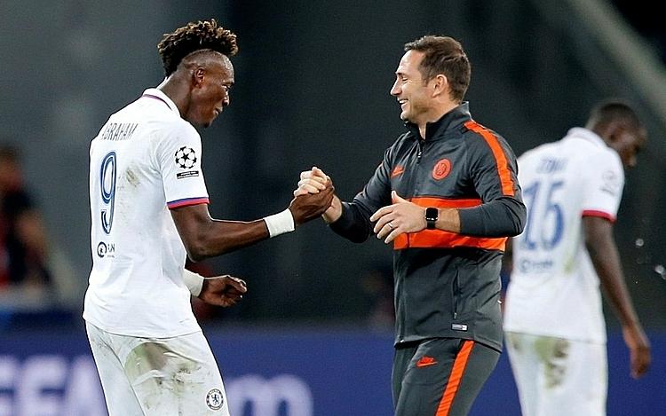 Lampard (phải) chia vui với học trò Abraham sau chiến thắng đầu tay. Ảnh: Reuters.