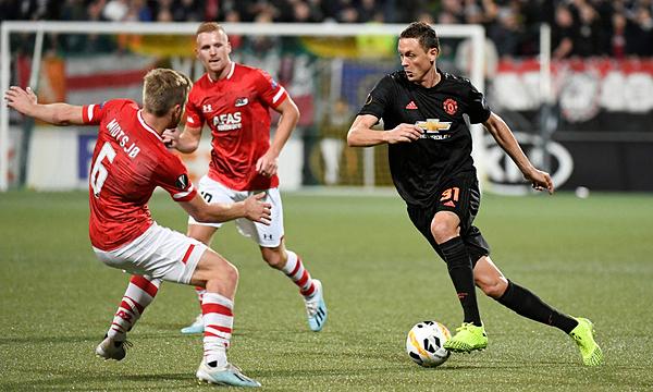 Man Utd (áo đen) bị lấn lướt ở Hà Lan. Ảnh: Reuters.