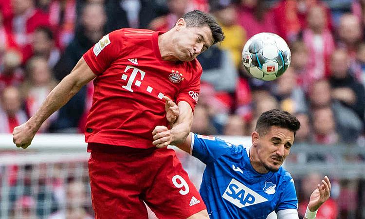 Lewandowski (trái) ghi bàn thứ 11 mùa này nhưng không thể giúp Bayern thoát thua. Ảnh: DPA.