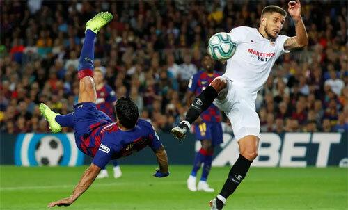Suarez làm tung lưới Sevilla. Ảnh: Reuters