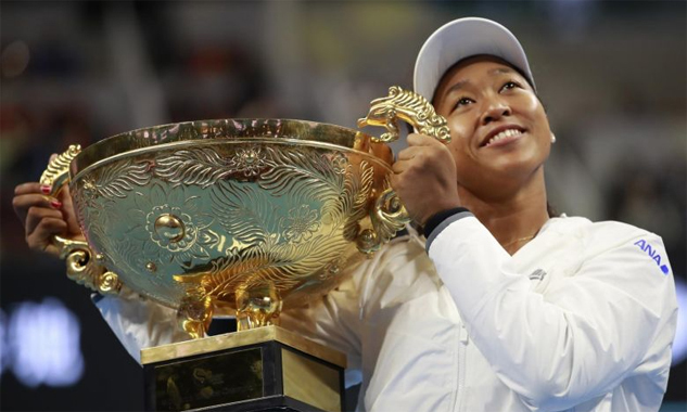 Osaka hạnh phúc bên chiếc Cup vô địch China Open - danh hiệu WTA thứ ba trong năm của cô. Ảnh: EFE.