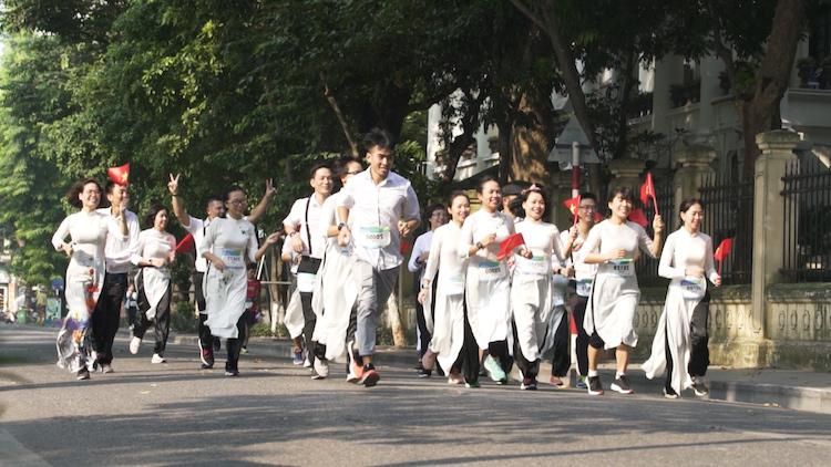 Nhóm chạy HPR trong trang phục áo dài.