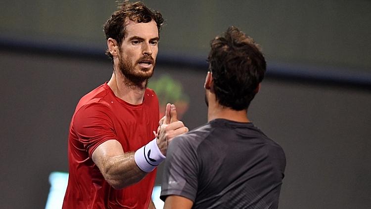 Murray (trái) và Fogninibắt tay làm lành sau trận. Ảnh: AFP.
