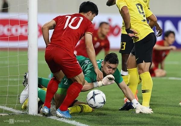 Văn Lâm mắc một số sai lầm trong hiệp 1 nhưng không để lọt lưới. Ảnh: Ngọc Thành.