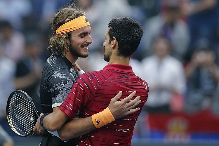 Djokovic (phải) thừa nhận không thể hóa giải những cú giao bóng một của đàn em. Ảnh: AP.