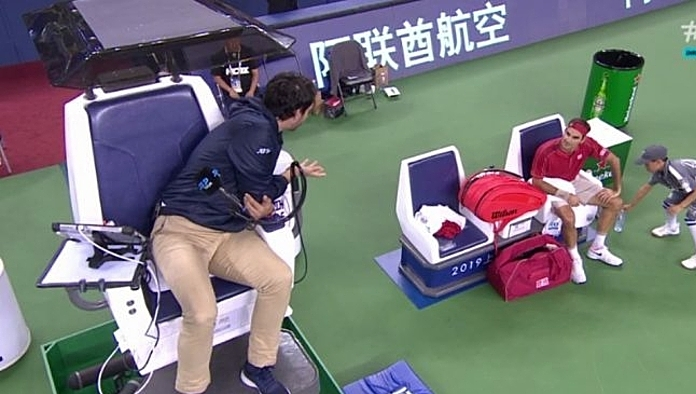 Federer nhiều lần tranh cãi với trọng tài Forcadell trong cả trận. Ảnh: ES.