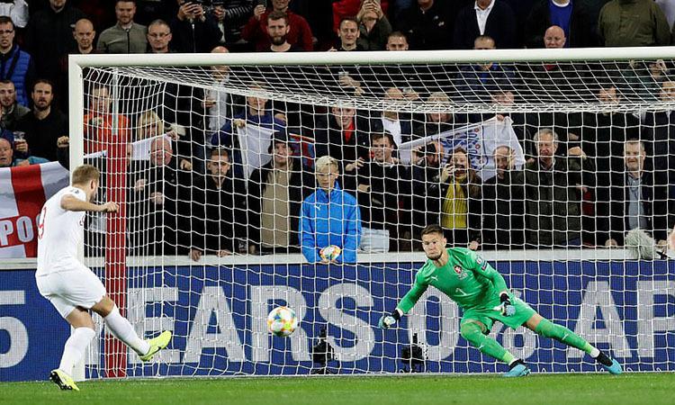 Kane lừa thủ môn Czech trên chấm 11m. Ảnh: Reuters.
