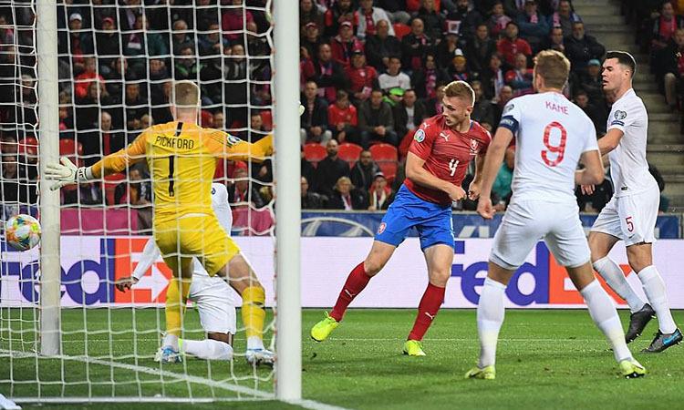 Brabec gỡ hòa cho Czech bằng cú dứt điểm cận thành. Ảnh: AFP.