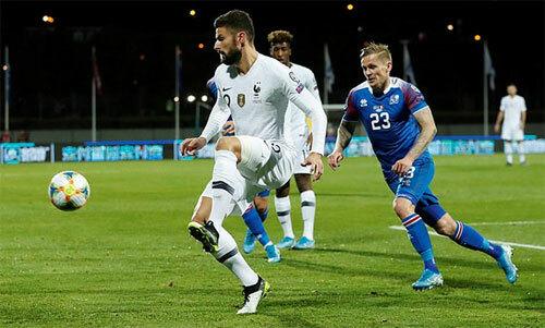 Iceland (áo xanh) không còn bất bại trên sân nhà. Ảnh: Reuters