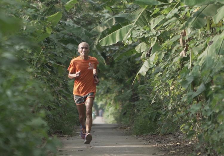 Runner 66 tuổi chạy trong chương trình Revive Marathon Xuyên Việt