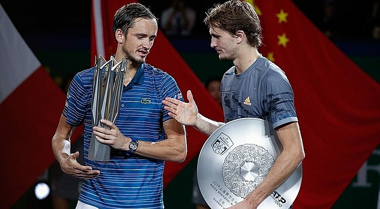 Zverev (phải) thua tâm phục khẩu phục Medvedev. Ảnh: AP.
