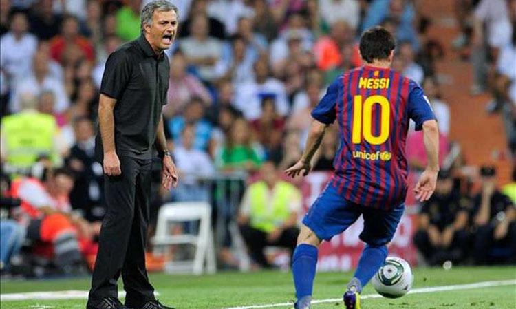 Mourinho (trái) từng làm việc cùng cả hai Ronaldo và nhiều lần đối đầu với Messi. Ảnh: AFP.