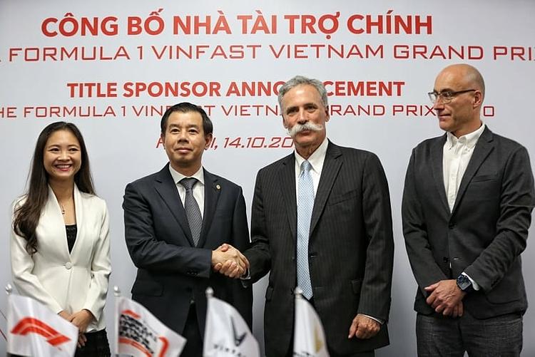 Tổng giám đốc Vingroup Nguyễn Việt Quang (thứ hai từ trái sang) bắt tay chủ tịch F1 Group Chase Carey sau khi ký kết hợp đồng tài trợ. Ảnh: Xuân Bình.