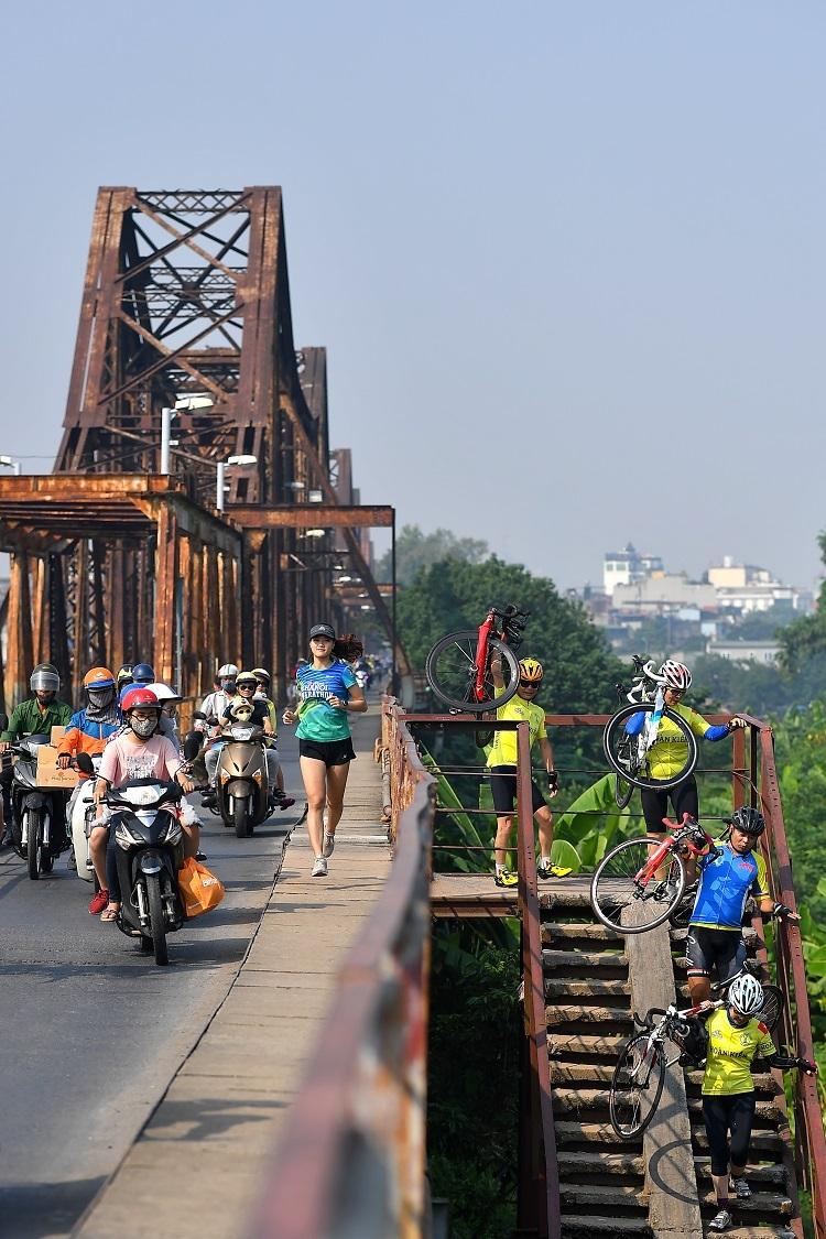 Một thiếu nữ Hà Nội sải bước trên cầu Long Biên, một điểm nhấn trong cung đường VPBank Hanoi Marathon 2019. Ảnh: Tuấn Mark