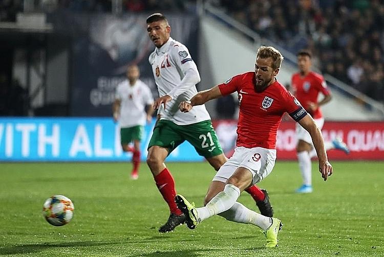 Kane (đỏ) kiến tạo ba bàn và ghi một bàn. Ảnh: Reuters.