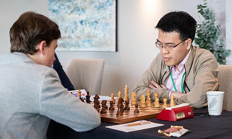 Quang Liêm (phải) thắng ván đầu tay trước thần đồng cờ vua Đức. Ảnh: Chess.com.