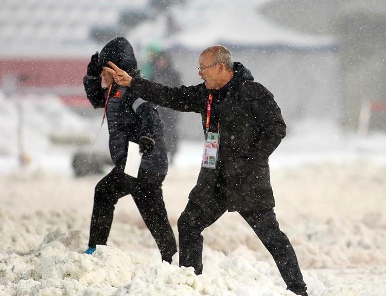 Ngay ở giải đấu chính thức đầu tiên, tại vòng chung kết U23 châu Á 2018, HLV Park Hang-seo đã để lại những dấu ấn không thể phai trong tâm tưởng người hâm mộ Việt Nam. Ảnh: Anh Khoa.