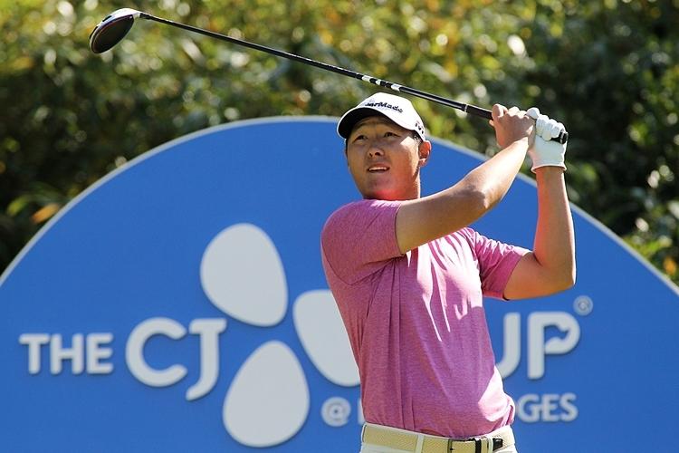Lee phát bóng ở hố 5, tại vòng 3 ở sânClub at Nine Bridges in Seogwipo. Ảnh: Yonghap.
