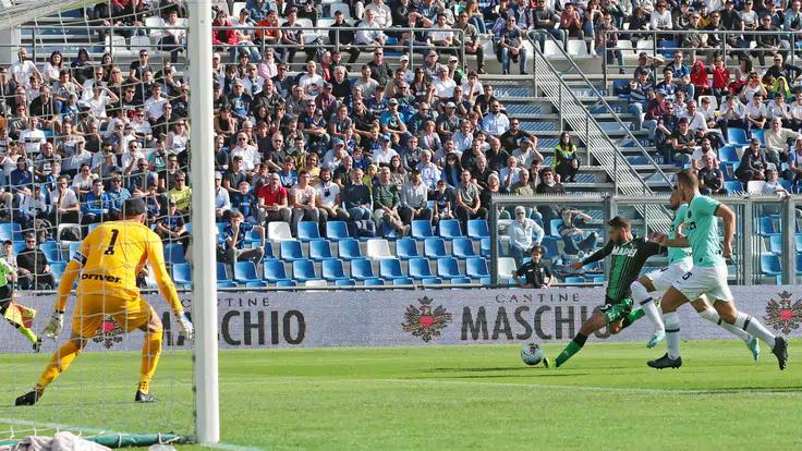Berardi gỡ hoà cho Sassuolo với cú ra chân từ góc rất hẹp. Ảnh: Ansa.