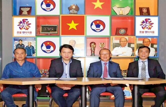 Từ trái sang, ông Đoàn Nguyên Đức, ông Lê Hoài Anh, ông Park Hang-seo và ông Trần Quốc Tuấn trong buổi lễ ký hợp đồng với HLV Park Hang-seo ngày 29/9/2017 tại Hàn Quốc sau khi các bên đã đàm phán xong. Ảnh: VFF.