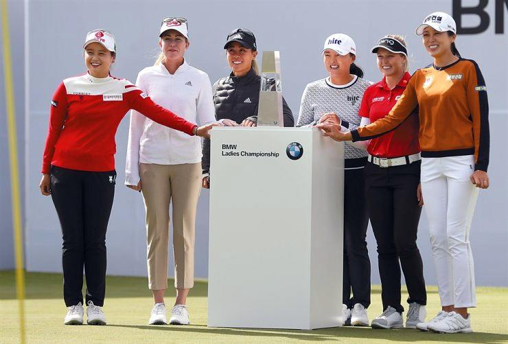 Các golfer Choi Hye-jin, Nelly Korda, Danielle Kang, Ko Jin-young, Brooke Hendersen và Hur Mi-jung (từ trái qua) trong buổi họp báo tại Busan hôm nay 23/10. Ảnh: Yonhap.