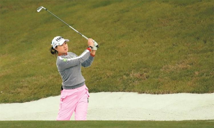 Lee Minjee phát bóng ở hố 10 vòng 1 BMW Ladies Championship hôm 24/10. Ảnh: Yonhap.