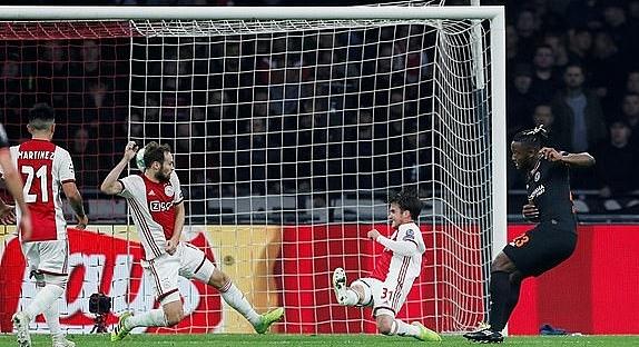 Batshuayi (phải) ghi bàn duy nhất trận. Ảnh:Reuters.