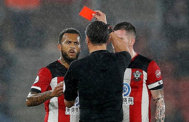 Thẻ đỏ của Bertrand khiến Southampton vỡ trận. Ảnh: Reuters.