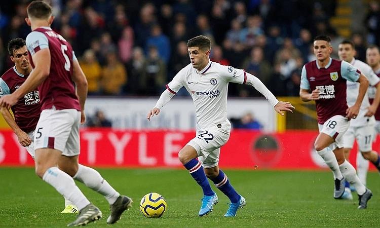 Pulisic liên tục làm khổ hàng thủ Burnley. Ảnh: Reuters.